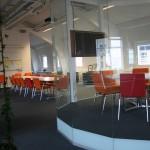 Runda rummet med TV och konferensbordet