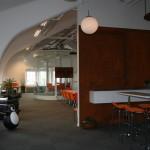 Cafédelen med rostiga väggen och lampan